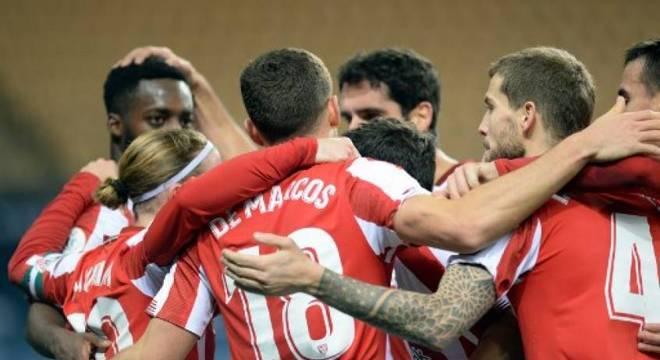 Jogadores do Athletic Bilbao comemoram gol contra o Barcelona