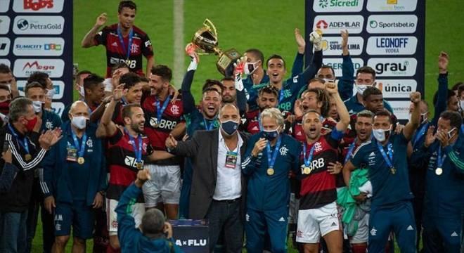 Jogadores, comissão técnica e direção celebrando o título estadual no Maracanã