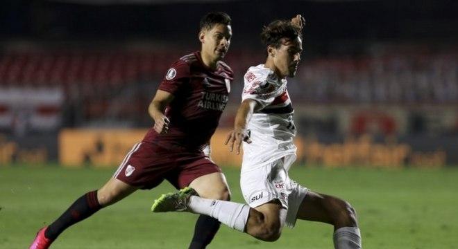Igor Gomes pouco conseguiu criar no jogo contra o River Plate