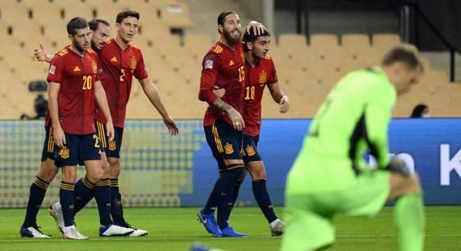 Jogadores da Espanha comemoram gol na vitória histórica sobre a Alemanha