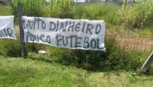 Após derrota para o Santos, torcida do Corinthians protesta na porta do CT Joaquim Grava
