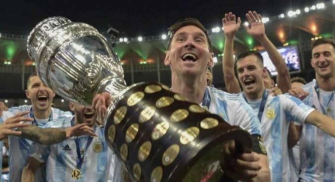 Foto de Messi com taça da Copa América quebrou recorde de CR7