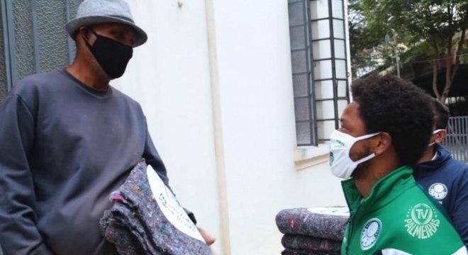 Luiz Adriano entrega cobertores para moradores de rua