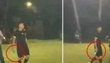 Árbitro usa arma para ameaçar torcedores que invadiram gramado