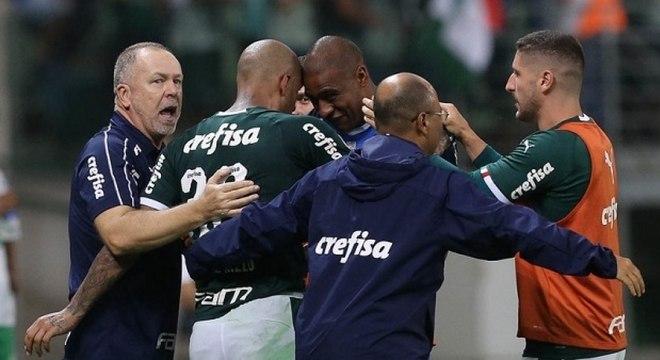 Mano comemora o gol de Felipe Melo no fim da partida contra a Chapecoense