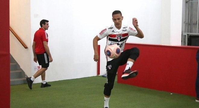 Antony esteve no jogo contra o Corinthians, mas não jogou