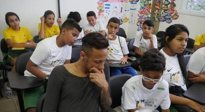 Neymar ajuda várias crianças em seu instituto no litoral paulista
