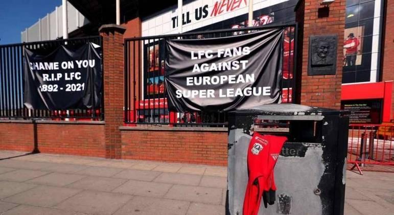 Em Anfield, torcida do Liverpool protesta contra a Superliga