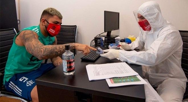 O atacante Gabriel Barbosa realizando teste no CT George Helal