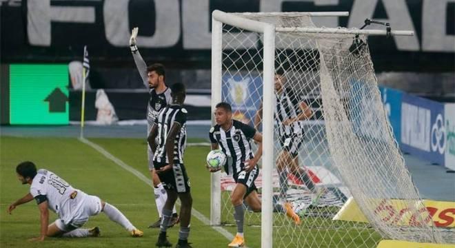 Botafogo derrubou o então líder do Brasileirão, em casa