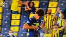 Jogador do Fenerbahçe se confunde com uniforme sem símbolo do time