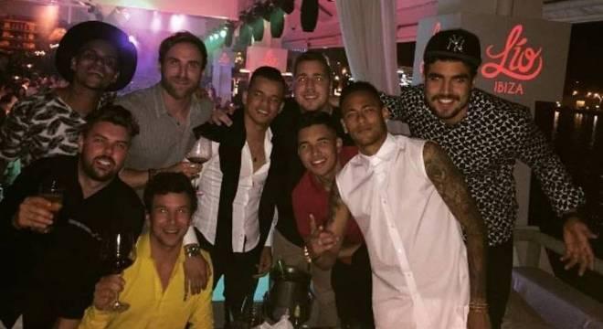 Neymar pagaria salários a seus amigos