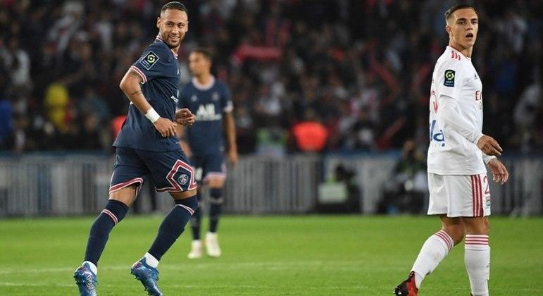 Neymar fez o primeiro gol, na virada do PSG sobre o Lyon; Icardi fez o outro