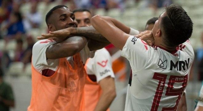 Reinier, de costas, comemora com Gerson gol da virada sobre o Fortaleza