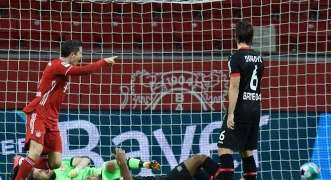 Atacante polonês fez dois gols na virada do Bayern de Munique, neste sábado (19)