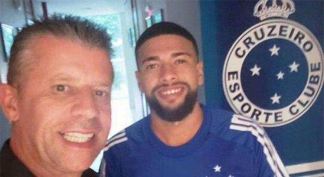 Novo reforço do Cruzeiro, Machado se 'apresenta' à torcida vestindo a camisa do clube celeste