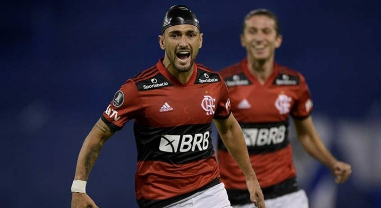 Arrascaeta, de touca, fez um golaço e definiu a vitória do Flamengo