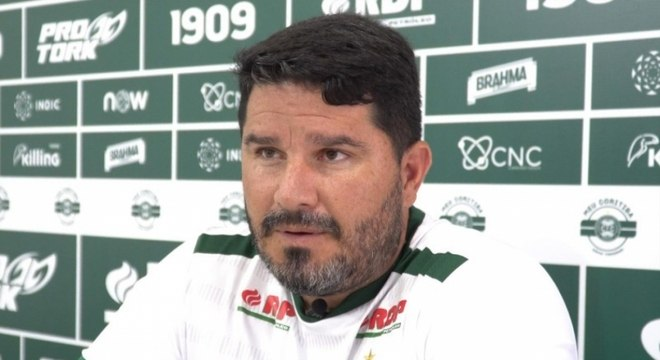 O técnico Eduardo Barroca garantiu que fica no Coritiba, que retornou este ano à Série A