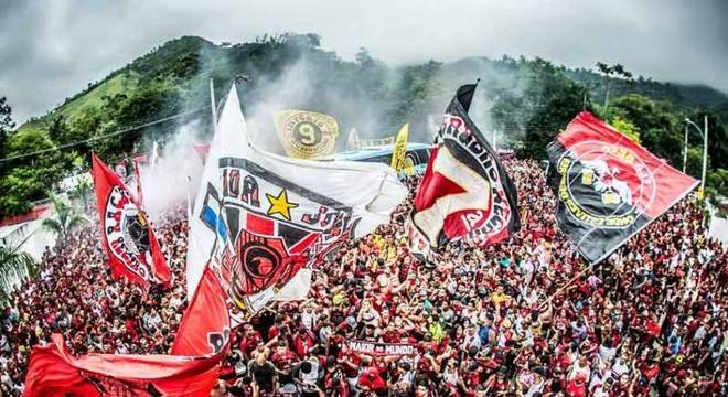 Milhares de torcedores cercaram ônibus do Flamengo no embarque para Lima