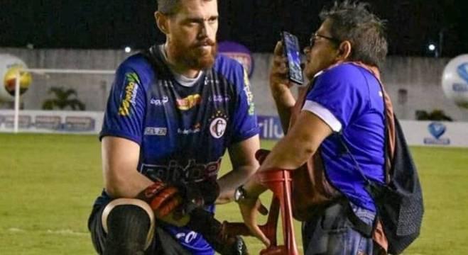 Goleiro Coradin se ajoelhou para conceder entrevista a repórter Rogério Roque