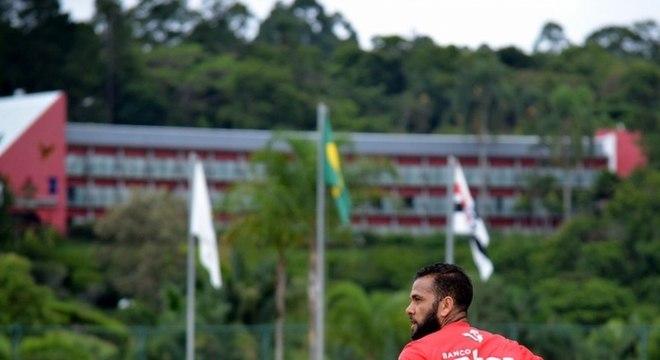 Daniel Alves treinando em Cotia, durante pandemia de coronavírus