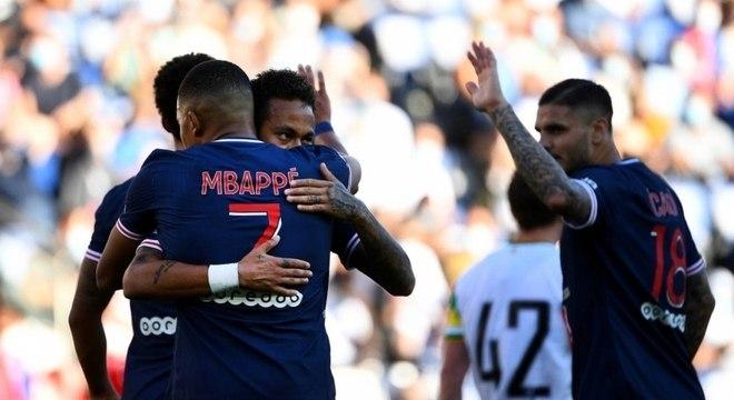 Neymar comemora com Mbappé seu gol no amistoso contra o Celtic