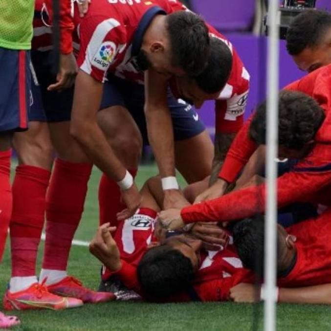 Suárez é abraçado por companheiros após gol do título
