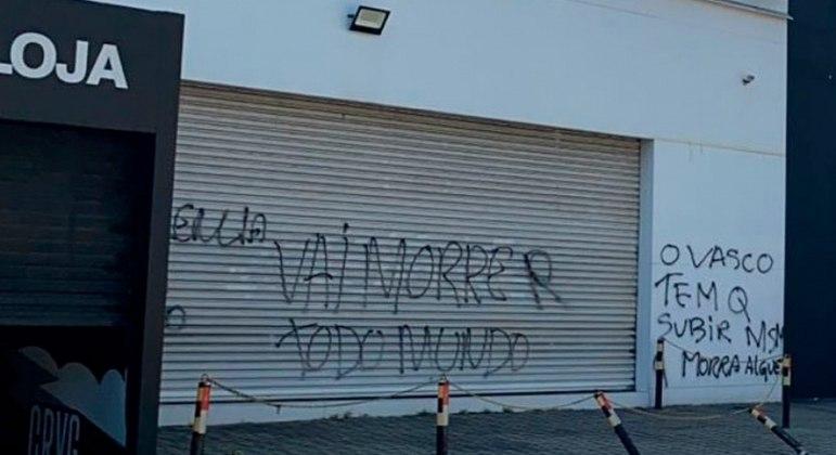 Muros de São Januário são pichados com ameaça após crise no Vasco se intensificar