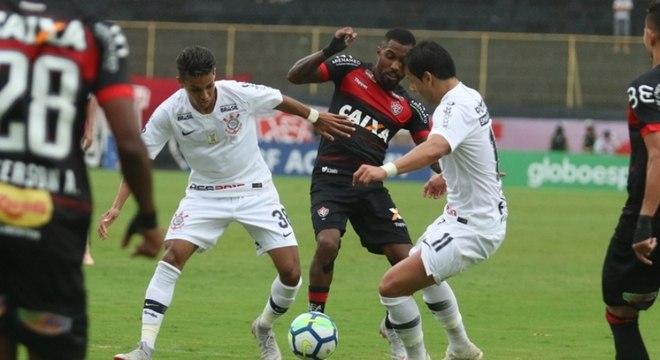 Atacantes do Corinthians brigam contra a marcação