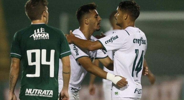 Gabriel Menino e Gustavo Scarpa comemoram gol do Palmeiras contra o Guarani