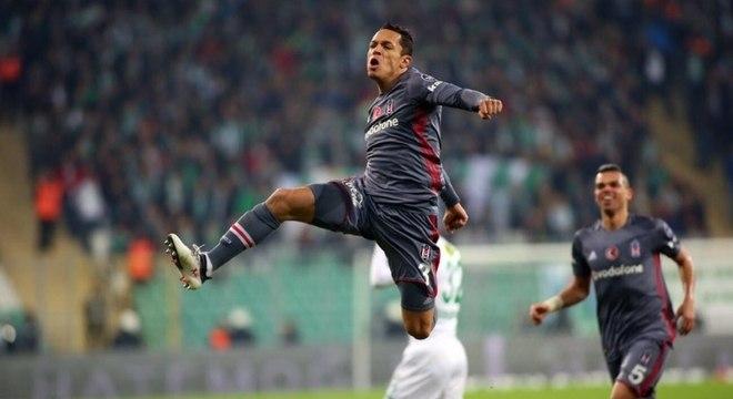 Adriano joga na Turquia, mas o contrato está perto do fim