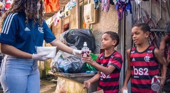 Flamengo entrega produtos de higiene e cestas básicas em comunidade do Rio