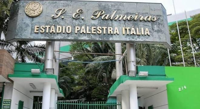 Entrada da sede do Palmeiras ficou danificada após vandalismo