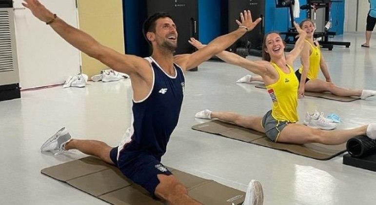 Djokovic ao lado da ginasta belga Nina Derwael