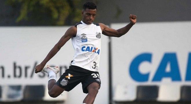 Pancada no tornozelo não deve tirar Rodrygo da partida contra o Bahia