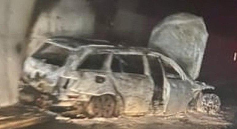 Carro do árbitro ficou completamente destruído após ataque