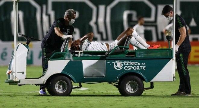 Luiz Adriano deixou campo ainda no primeiro tempo do jogo contra o Goiás