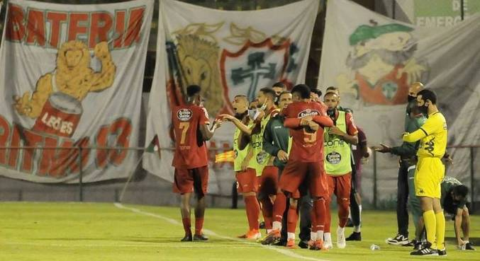 Jogadores da Portuguesa comemoram gol contra o Marília