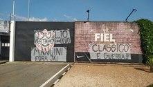 Torcida do Corinthians protesta: 'Salário grande, futebol pequeno'