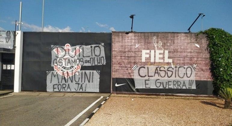 Gaviões da Fiel faz protesto em frente ao CT do Corinthians, na zona leste de SP