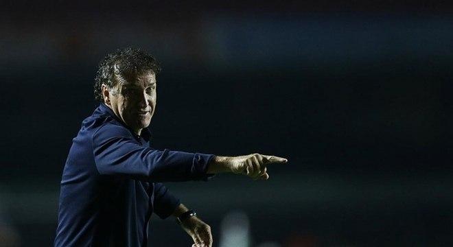 Cuca sentiu falta de um centroavante contra o Bahia: ele quer o argentino Dinenno