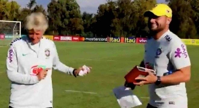 Em período de treinos com a seleção, técnica arriscou passos de samba