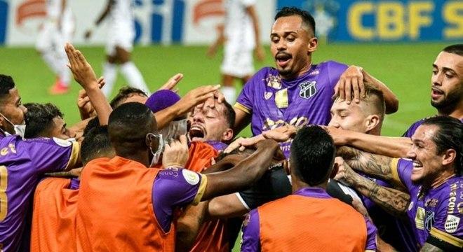 Jogadores do Ceará comemoram gol contra o Botafogo
