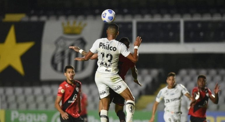 Santos tropeça em casa e perde para o Atlético-GO