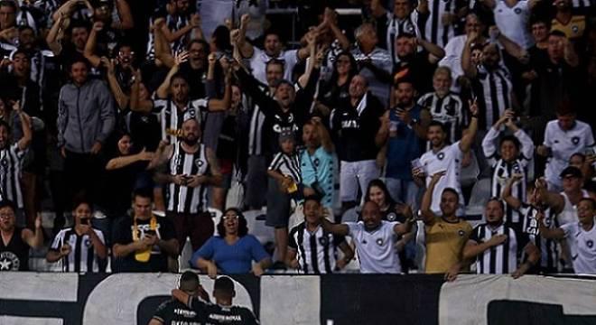 Diego Souza comemora com a torcida