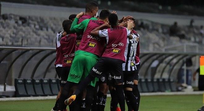 Jogadores do Atlético-MG comemoram gol contra o Botafogo