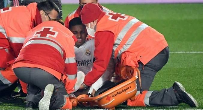 Rodrygo sendo assistido pelos médicos antes de sair de maca contra o Granada