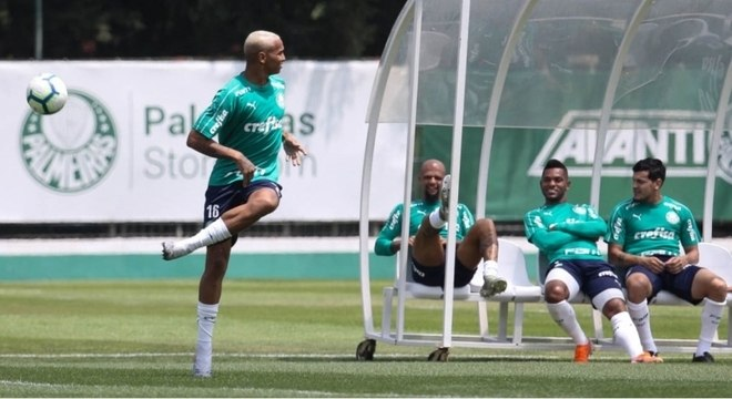 Deyverson comemora gol feito diante do Corinthians em vitória pelo Brasileirão de 2018