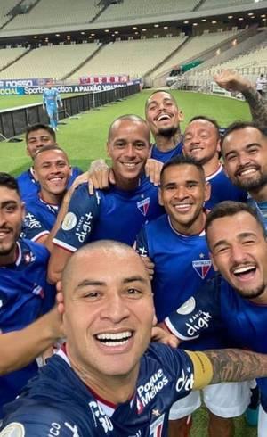Wellington Paulista tirou selfie com companheiros para comemorar gol