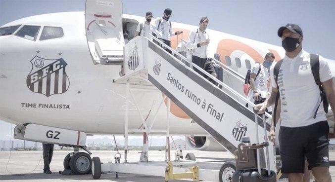 Elenco chegou ao Rio com avião especial para o Santos